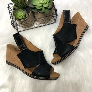 CLARKS Helio Float Wedge Sandal black/tan